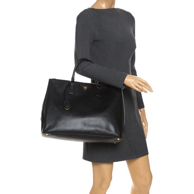 Prada Black Saffiano Leather Executive Double Zip Tote In Excellent Condition For Sale In Dubai, Al Qouz 2