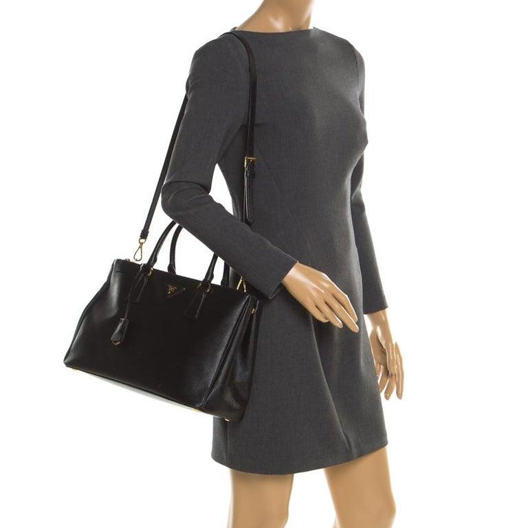 Prada Black Saffiano Leather Medium Double Zip Tote In Good Condition For Sale In Dubai, Al Qouz 2