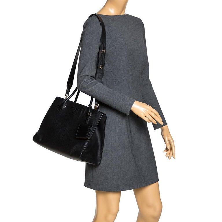 Prada Black Saffiano Leather Monochrome Tote In Good Condition For Sale In Dubai, Al Qouz 2