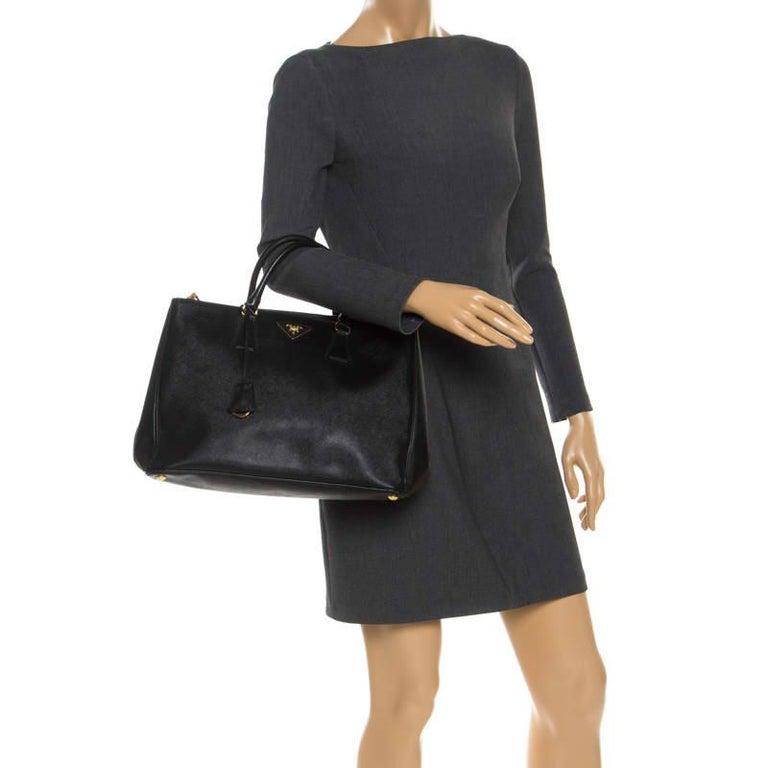 Prada Black Saffiano Lux Leather Large Double Zip Tote In Good Condition For Sale In Dubai, Al Qouz 2