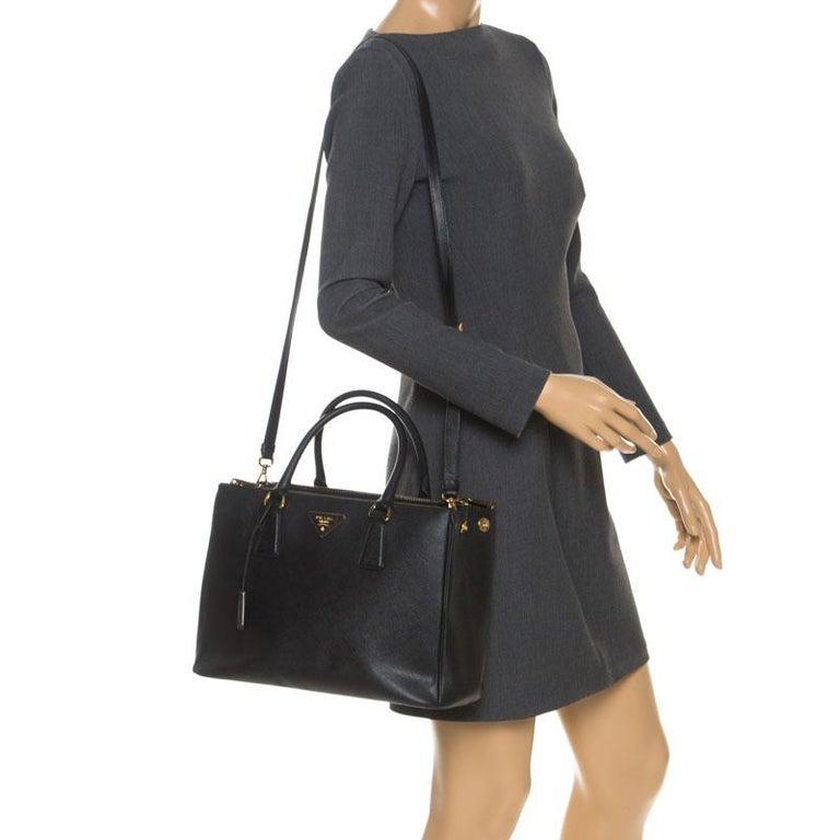 Prada Black Saffiano Lux Leather Medium Galleria Double Zip Tote In Good Condition For Sale In Dubai, Al Qouz 2