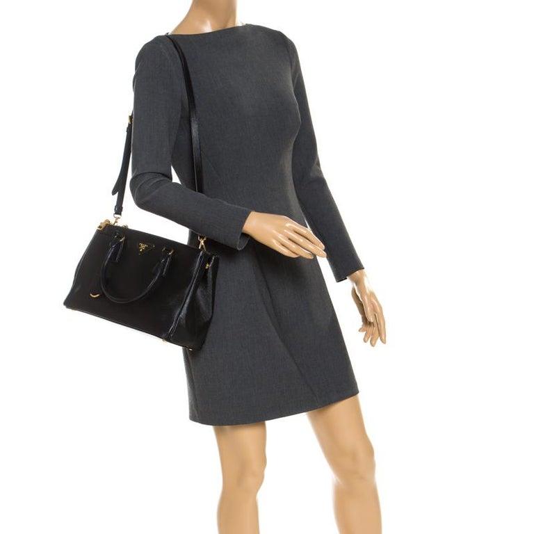 Prada Black Saffiano Lux Leather Small Double Zip Tote In Good Condition For Sale In Dubai, Al Qouz 2