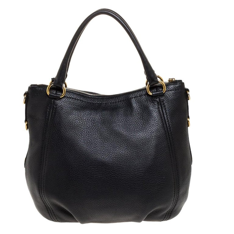 Convenient and easy to carry, this black Vitello Daino leather tote is simply a must-have in your collection. The nylon lining gives all the protection your items need and ensure they are kept organised. Designed by Prada, this bag is a worthy buy.