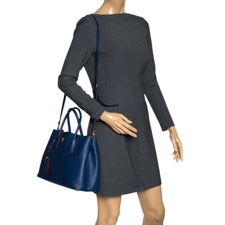 Prada Blue Saffiano Cuir Leather Double Handle Tote In Good Condition For Sale In Dubai, Al Qouz 2