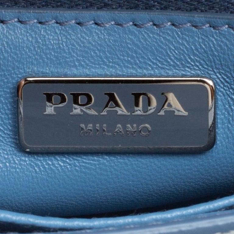 8a0273fa5ab32 Prada Umhängetasche aus blauem Saffiano Lux Leder im Angebot bei 1stdibs
