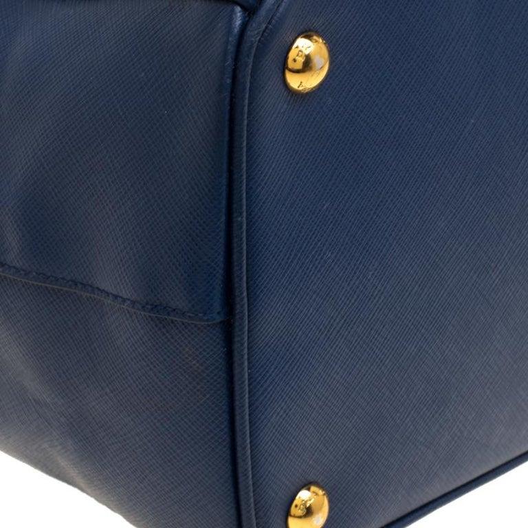 1e541a09e52e4 Große Prada Tasche aus blauem Saffiano Lux Leder mit Doppelreißverschluss 10