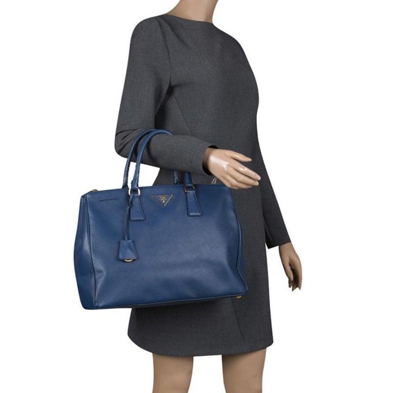789e49db41e25 Große Prada Tasche aus blauem Saffiano Lux Leder mit Doppelreißverschluss 2