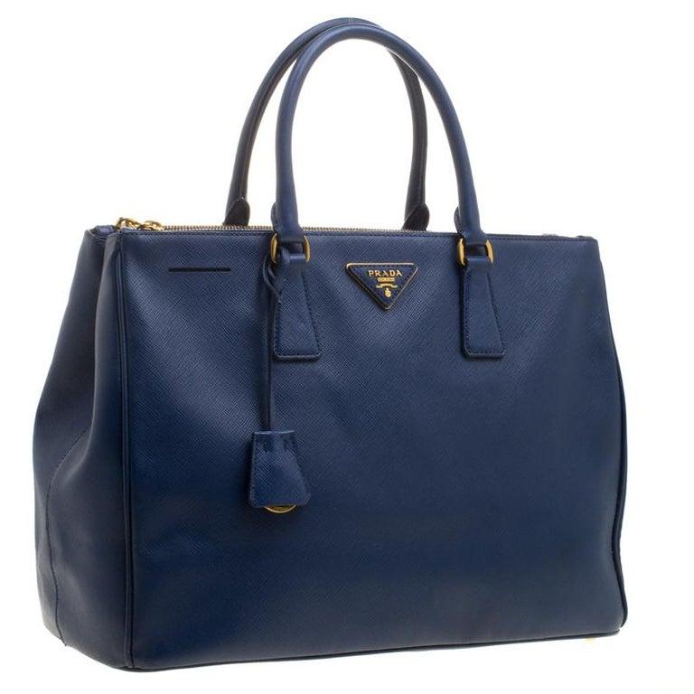 b88cb613904b4 Große Prada Tasche aus blauem Saffiano Lux Leder mit Doppelreißverschluss 3