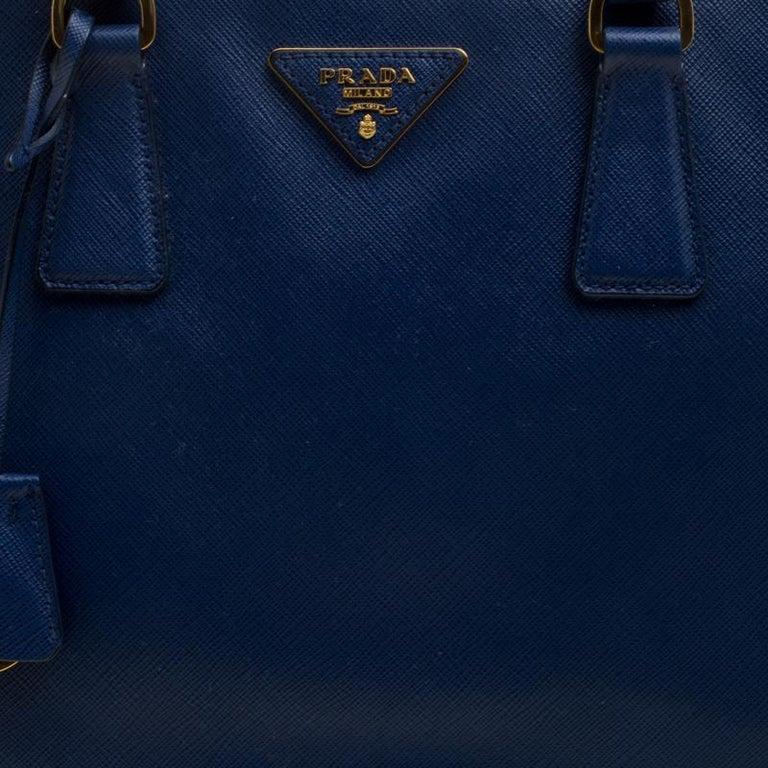 d5b96dbaa5df6 Große Prada Tasche aus blauem Saffiano Lux Leder mit Doppelreißverschluss 5