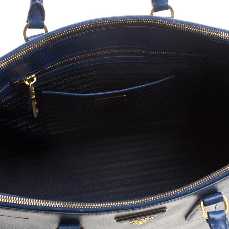 f58ff37e5e7c6 Große Prada Tasche aus blauem Saffiano Lux Leder mit Doppelreißverschluss 7