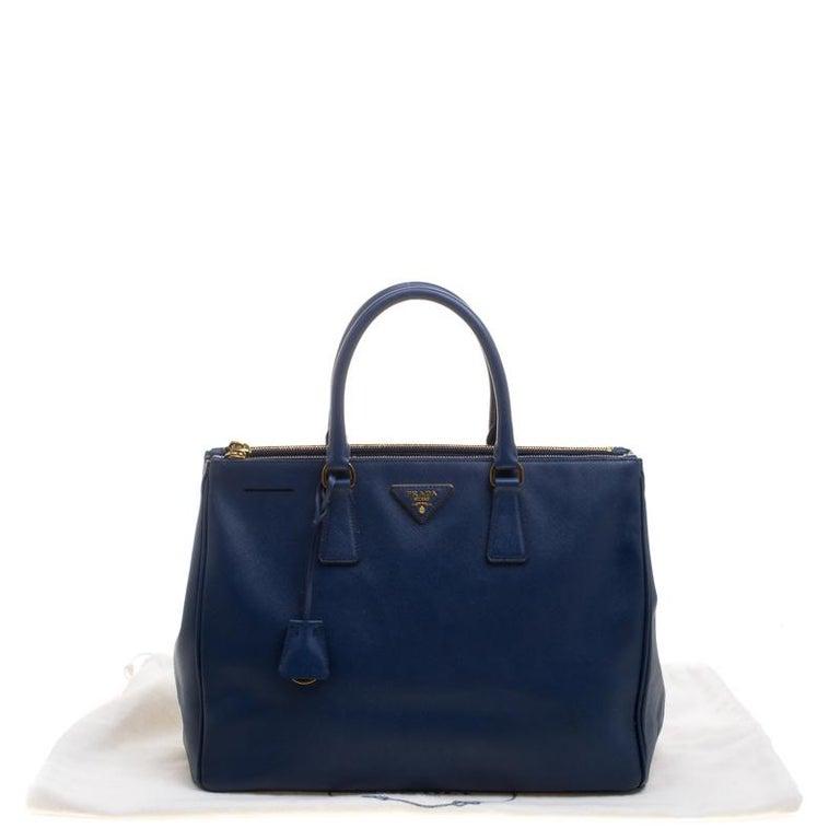 ad04cc9d2d59b Große Prada Tasche aus blauem Saffiano Lux Leder mit Doppelreißverschluss 9