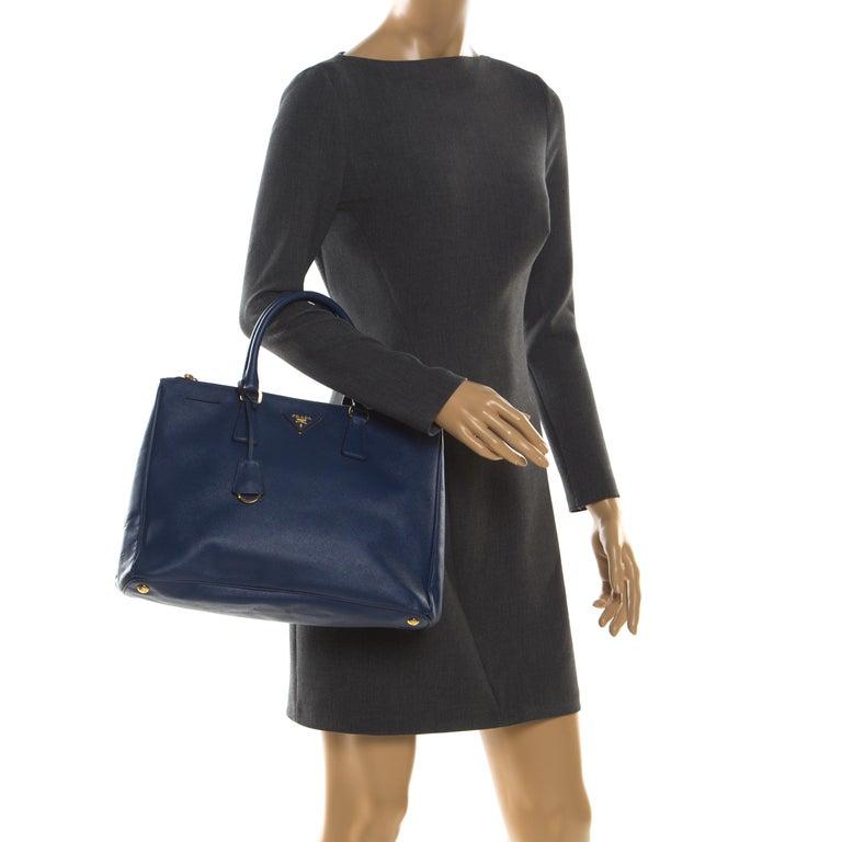 Prada Blue Saffiano Lux Leather Medium Double Zip Tote In Good Condition For Sale In Dubai, Al Qouz 2