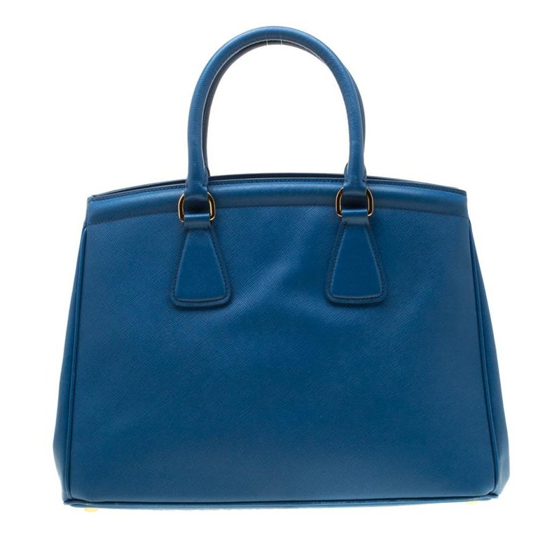 This leather bag is nothing but an example of pure elegance. Lined with a nylon interior, the Parabole tote includes a centre zip pocket which divides the space into separate compartments to house your essentials in an organized manner. Designed in