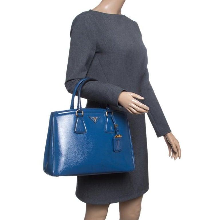 Prada Blue Saffiano Lux Leather Parabole Tote In Good Condition For Sale In Dubai, Al Qouz 2