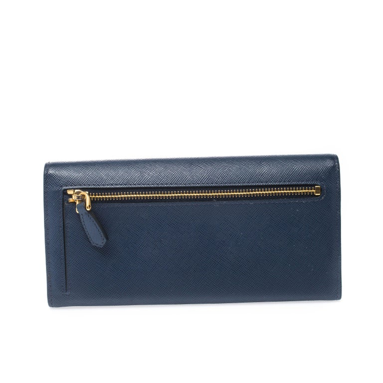 Designed to perfection and crafted from Saffiano Lux leather, this wallet can be your go-to accessory. Bringing multiple slots and compartments, this piece from Prada is stylish and convenient. Add a touch of chic style to your wardrobe with this