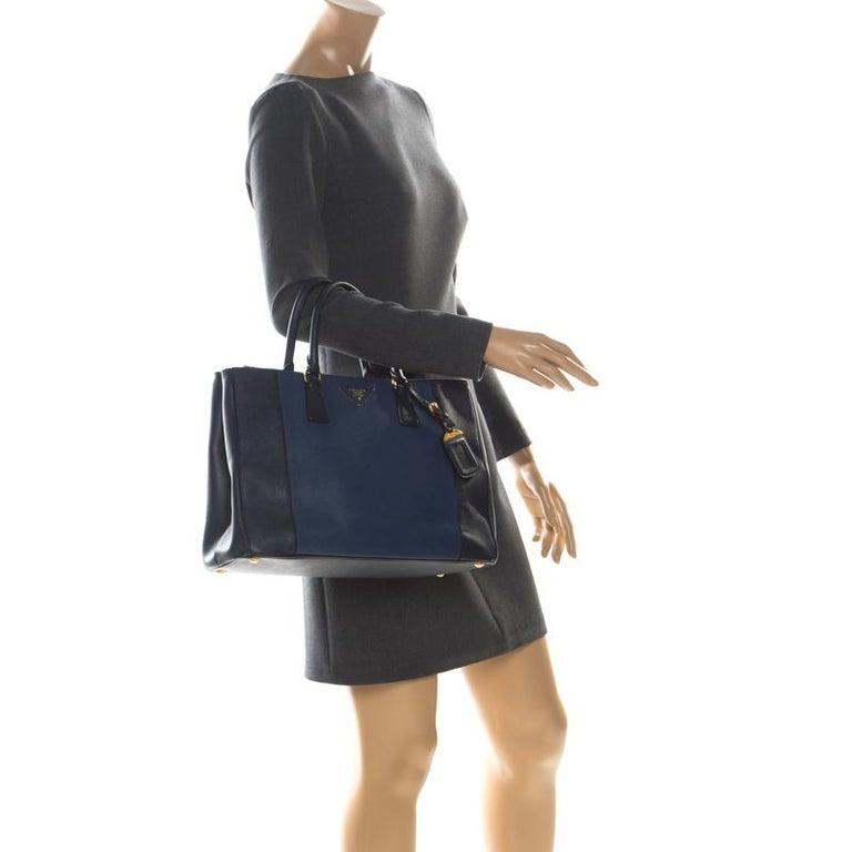 Prada Blue Two-Tone Saffiano Lux Leather Large Double Zip Tote In Good Condition For Sale In Dubai, Al Qouz 2