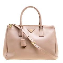 Mittelgroße Prada Tragetasche aus blass-pinkem Saffiano Lux Leder