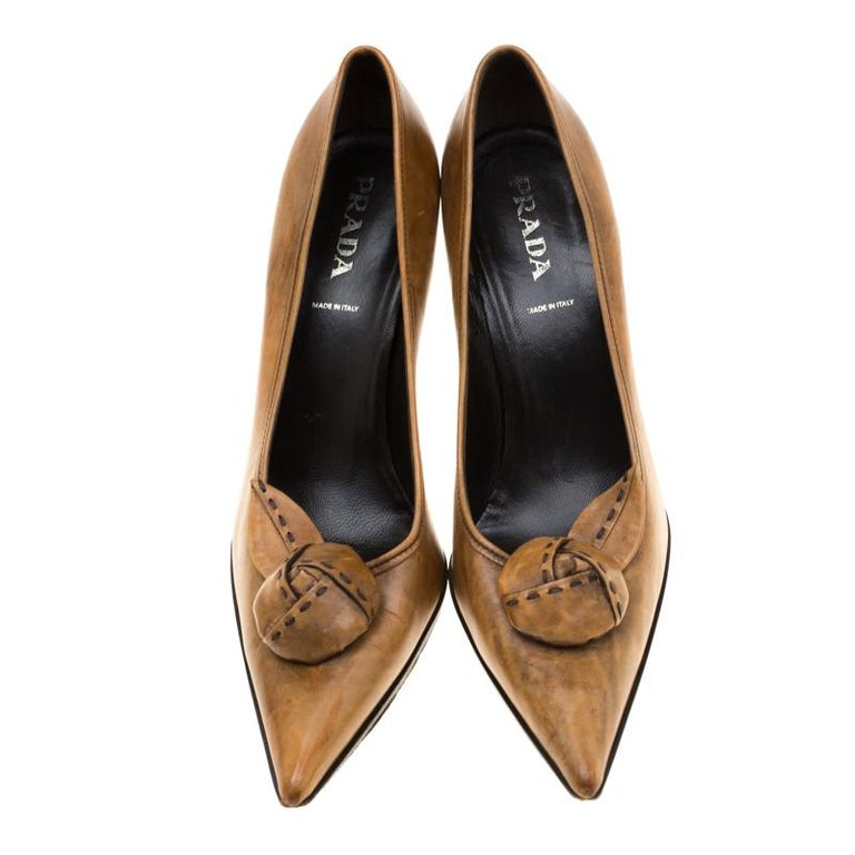 Prada Brown Leather Flower Detail Pointed Toe Pumps Size 38.5 In Good Condition For Sale In Dubai, Al Qouz 2