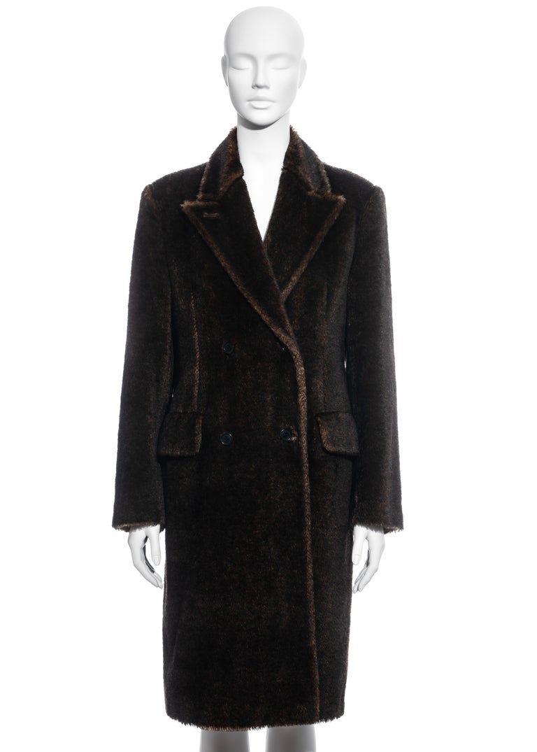 ▪ Brown mohair double-breasted coat ▪ Peak lapel ▪ Two front flap pockets ▪ IT 46 - FR 42 - UK 14 - US 10 ▪ Fall-Winter 1997