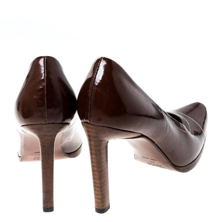 Prada Brown Patent Leather Pointed Toe Pumps Size 38 In Excellent Condition For Sale In Dubai, Al Qouz 2