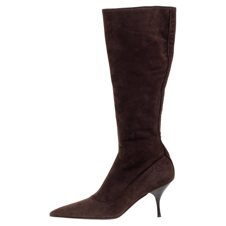 These stylish knee-high boots by Prada are a must-have. Crafted in Italy, they are made of quality suede and come in a lovely shade of brown. They have been styled with pointed toes and feature 8 cm heels. They are endowed with comfortable