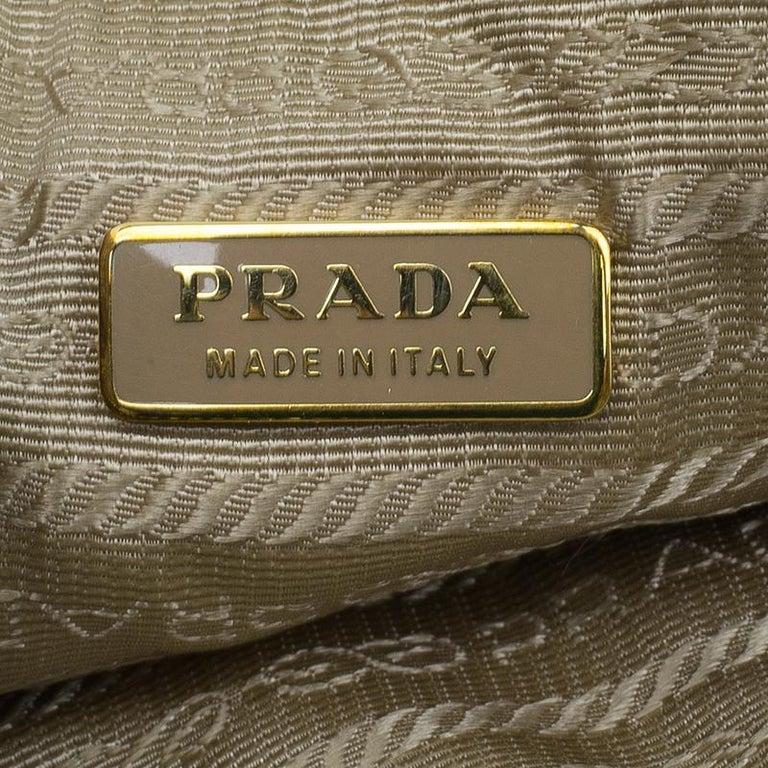 7c2a28fbf027a Prada Braun  Weiße Saffiano Leder Perforierte Armband-Clutch bei 1stdibs