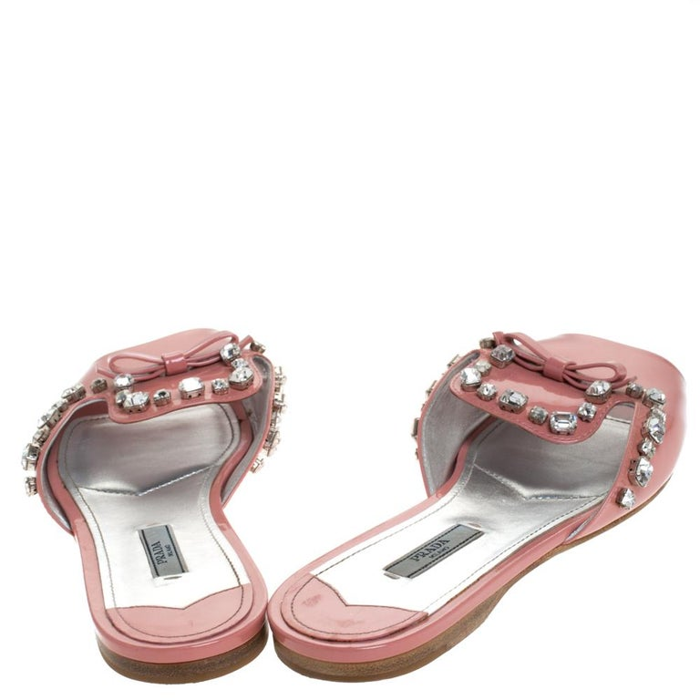 Prada Coral Pink Patent Leather Crystal And Bow Embellished Flat Slides Size 40 In Good Condition For Sale In Dubai, Al Qouz 2