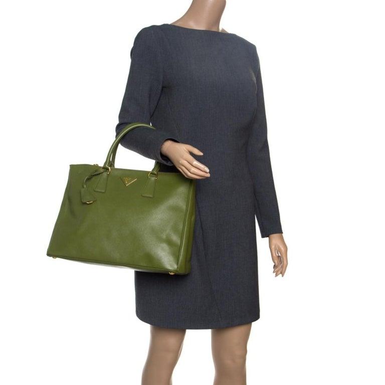 Prada Green Saffiano Lux Leather Large Double Zip Tote In Excellent Condition For Sale In Dubai, Al Qouz 2