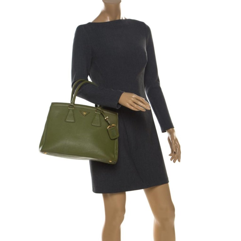 Prada Green Saffiano Lux Leather Parabole Tote In Good Condition For Sale In Dubai, Al Qouz 2