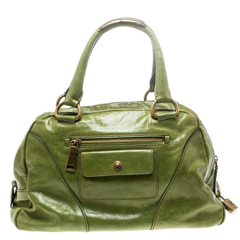 This Vitello Shine bowler bag from Prada is not only artistic in design but also high on style. Crafted from leather, the green bag features a contemporary and edgy silhouette. It flaunts gold-tone interlocking chain detailing at the front, multiple