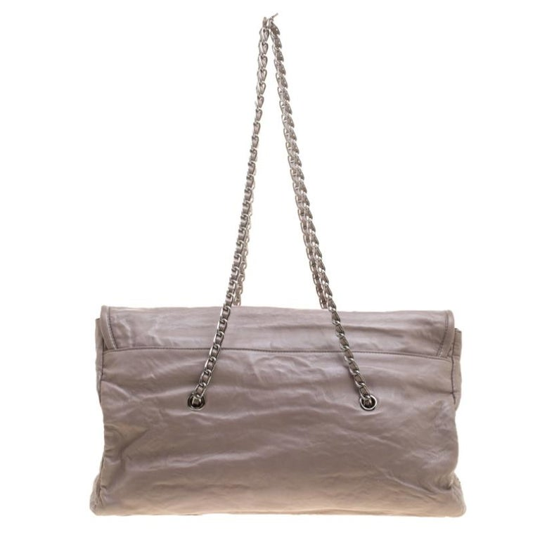 Complement your chic outfits with this elegant satchel from Prada. It is accented with an appealing chain-link sling strap interwoven with leather for prompt usage. Its roomy interior is finished with a flap top secured with push lock closure and