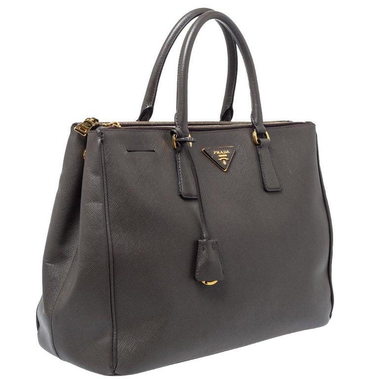 Prada Grey Saffiano Lux Leather Large Double Zip Tote In Good Condition For Sale In Dubai, Al Qouz 2