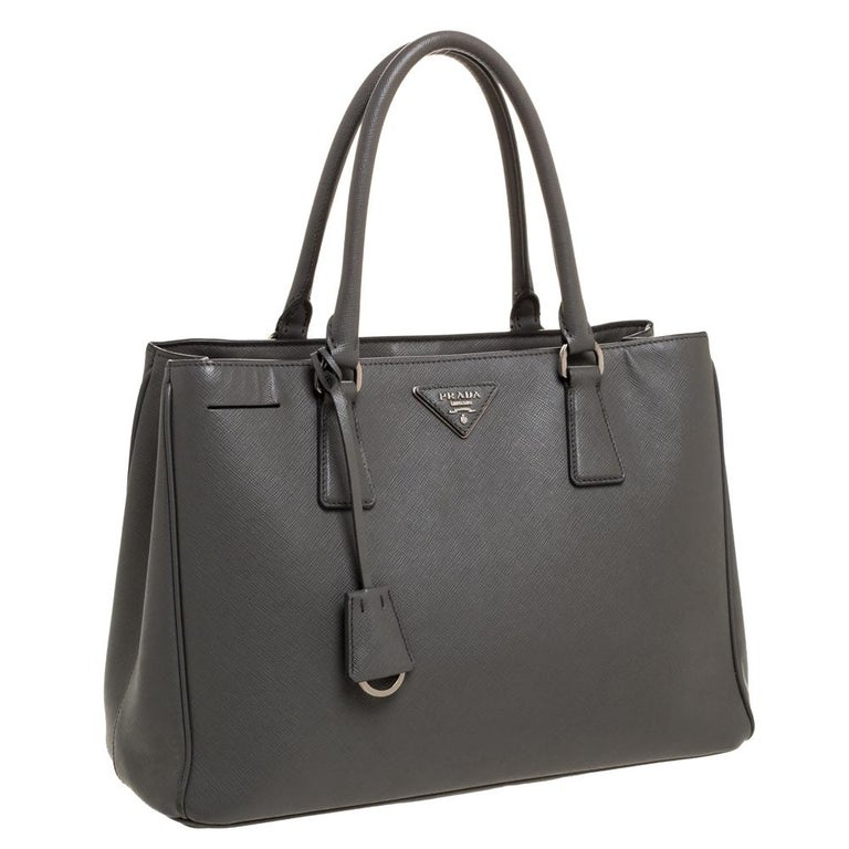 Prada Grey Saffiano Lux Leather Medium Double Zip Tote In Good Condition For Sale In Dubai, Al Qouz 2