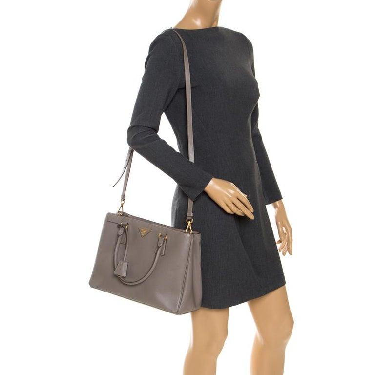 Prada Grey Saffiano Lux Leather Medium Tote In Good Condition For Sale In Dubai, Al Qouz 2