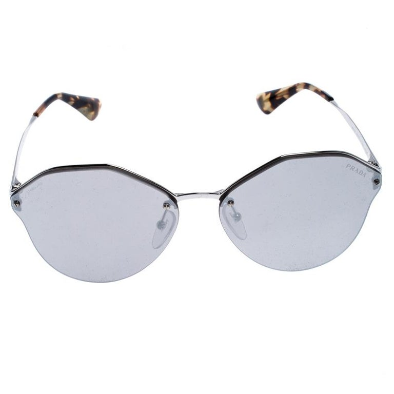 A statement pair that must be added to your fashion arsenal, this pair of sunnies from the house Prada is crafted from Havana brown acetate and silver-tone metal. They flaunt a stylish geometric silhouette along with the logo on the temples and