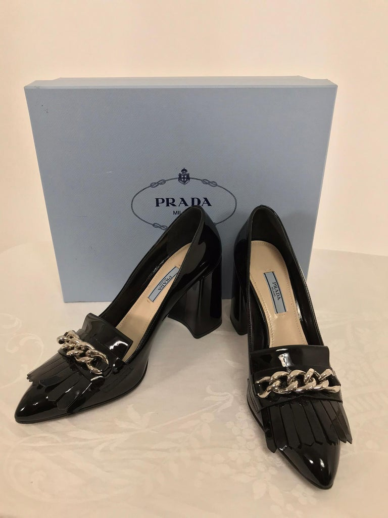 Prada Kiltie Chain Pumps Black Patent Leather 38 In Excellent Condition For Sale In West Palm Beach, FL