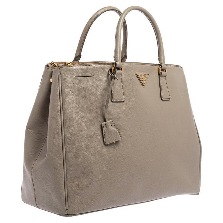 Prada Light Grey Saffiano Lux Leather Executive Double Zip Tote In Good Condition For Sale In Dubai, Al Qouz 2
