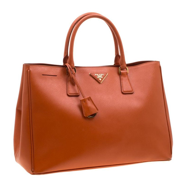 Prada Orange Saffiano Leather Medium Lux Tote In Good Condition For Sale In Dubai, Al Qouz 2