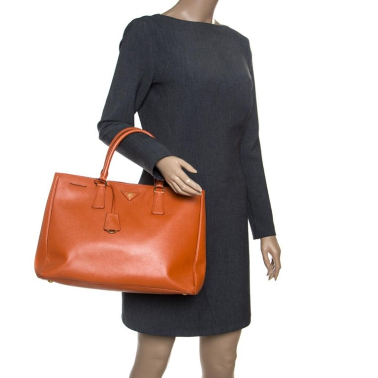 Prada Orange Saffiano Lux Leather Large Gardener's Tote In Good Condition For Sale In Dubai, Al Qouz 2