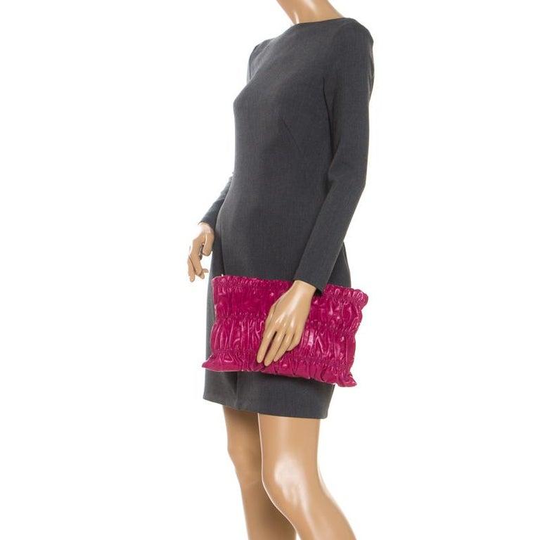 Prada Pink Gathered Leather Clutch In Good Condition For Sale In Dubai, Al Qouz 2