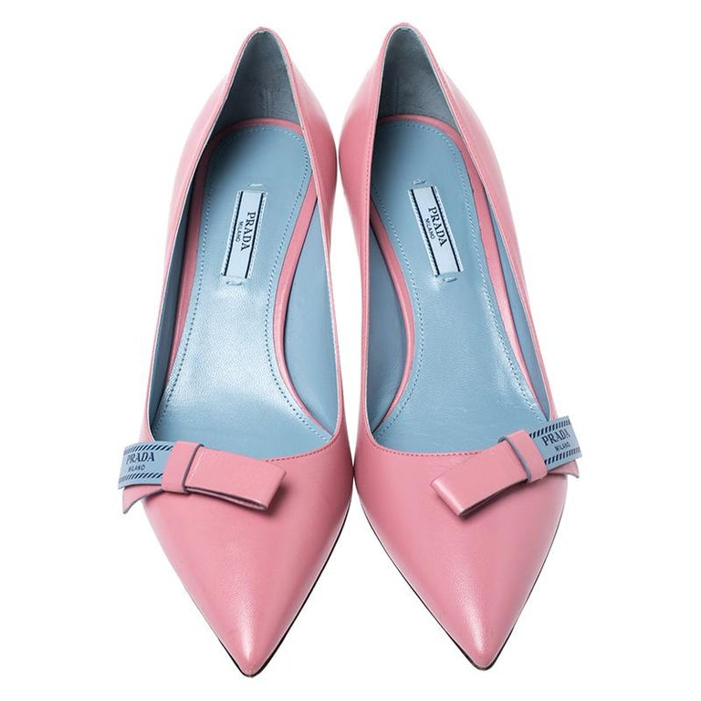 Look chic and make an elegant style statement in this pair of pumps from the house of Prada. They are crafted from pink leather featuring pointed toes, low heels, and a logo-detailed bow on the vamps. Add a touch of sophistication to your look by