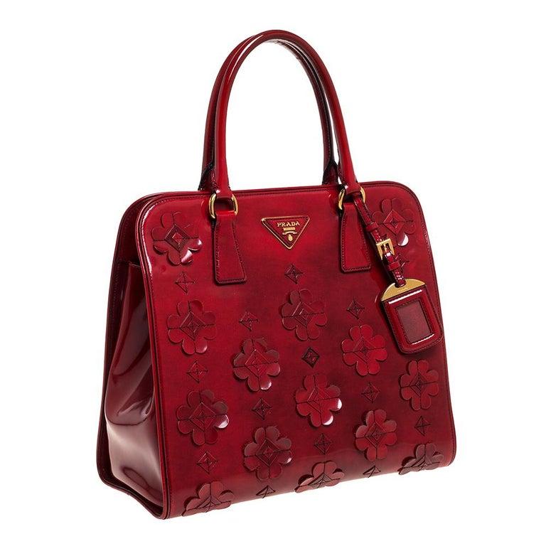 Prada Red Floral Applique Patent Leather Spazzolato Tote In Good Condition In Dubai, Al Qouz 2