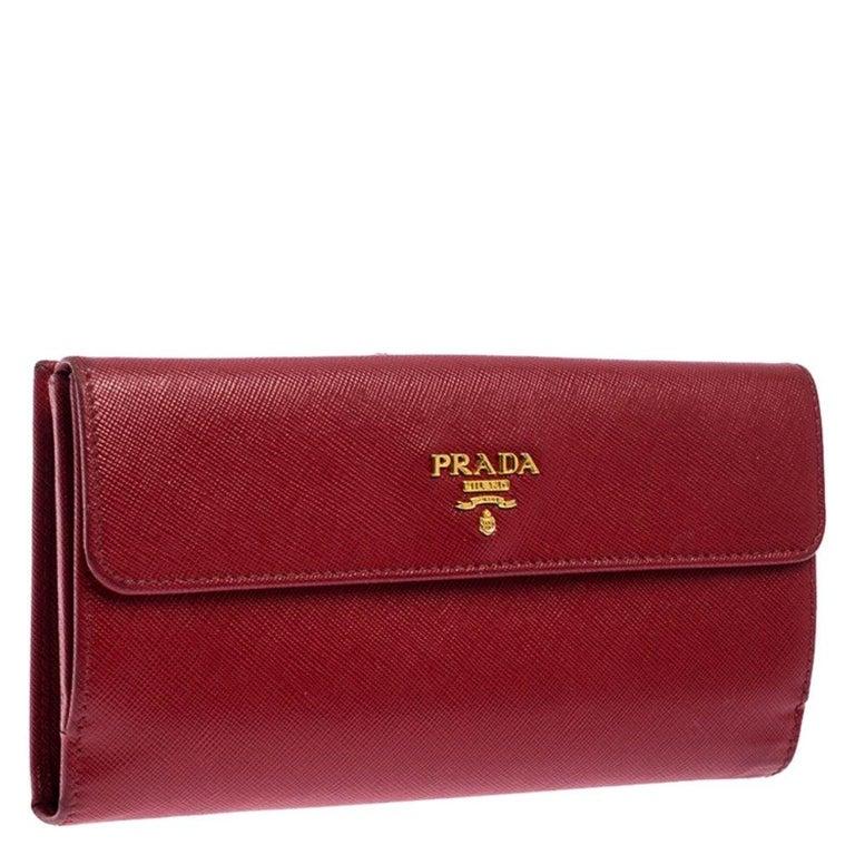 Prada Red Saffiano Lux Leather Flap Continental Wallet In Good Condition For Sale In Dubai, Al Qouz 2