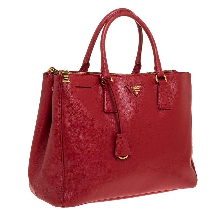Prada Red Saffiano Lux Leather Large Double Zip Tote In Good Condition For Sale In Dubai, Al Qouz 2