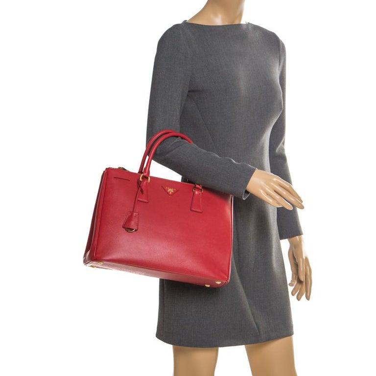 Prada Red Saffiano Lux Leather Medium Double Zip Tote In Excellent Condition For Sale In Dubai, Al Qouz 2