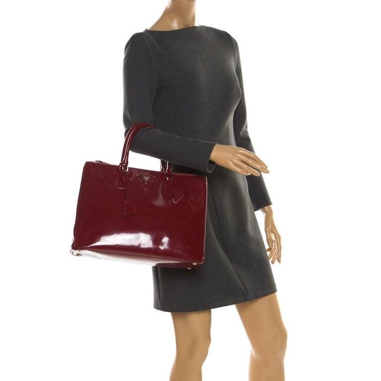 Prada Red Saffiano Lux Patent Leather Large Double Zip Tote In Good Condition For Sale In Dubai, Al Qouz 2