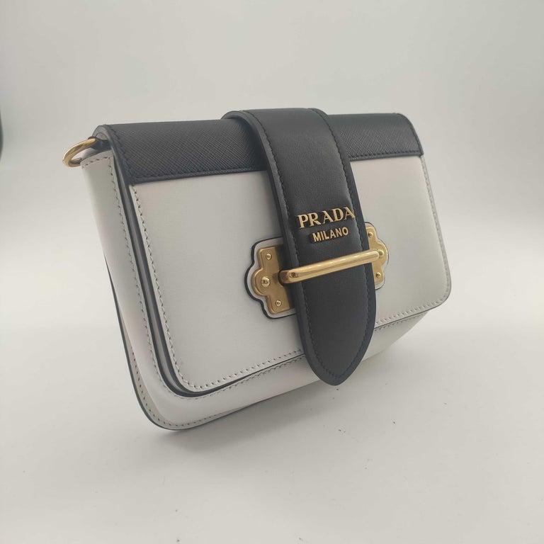 - Designer: PRADA - Condition: Very good condition.  - Accessories: Authenticity Card - Measurements: Width: 18cm, Height: 14cm, Depth: 4cm, Strap: 95cm - Exterior Material: Leather - Exterior Color: White - Interior Material: Cloth - Interior