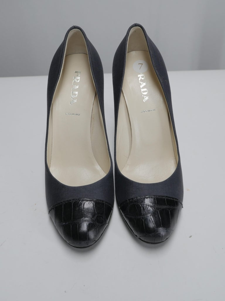 Black Leather round toe pump with cap toe detail
