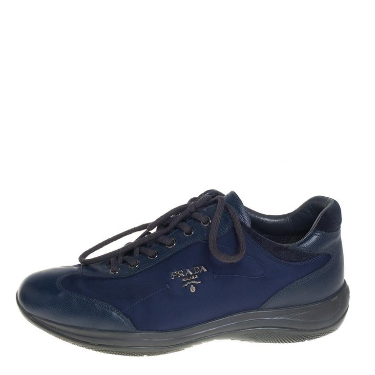 Project a stylish look every time you step out in these sneakers from Prada Sport. They are crafted from blue nylon, leather, and suede and styled with lace-ups on the vamps and brand logo detailing on the sides. They are equipped with comfortable