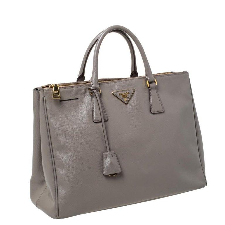 Prada Taupe Saffiano Lux Leather Large Double Zip Tote In Good Condition For Sale In Dubai, Al Qouz 2